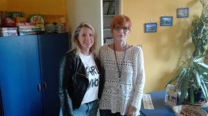 Výherkyni soutěže (vlevo) předala cenu zástupkyně jazykové školy Hampson