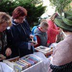 Prodej knih v kostýmech